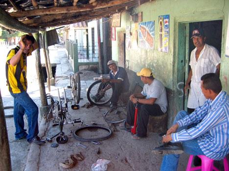 Kerékpárszerviz valahol Hondurasban