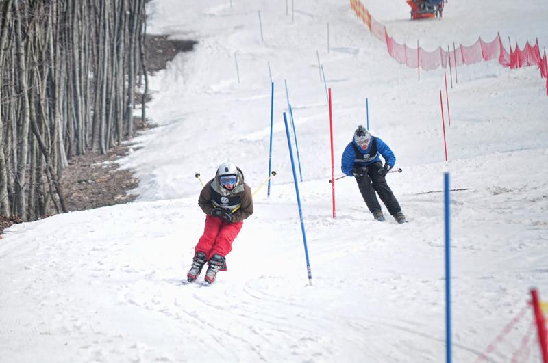 Felül síeltek a versenyzők, a hegy közepétől pedig a bringások vették át a terepet.