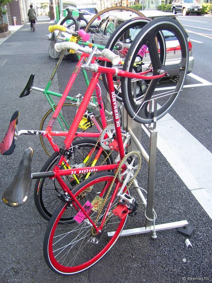Parkoló az egyik belvárosi bringabolt előtt