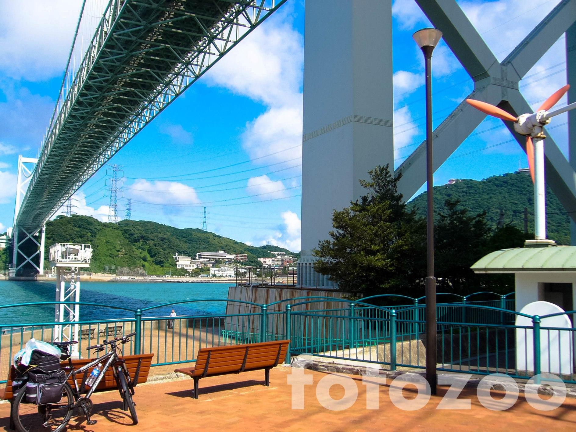 A Honshut Kyushuval összekötő híd, Kitakyushu városából nézve.