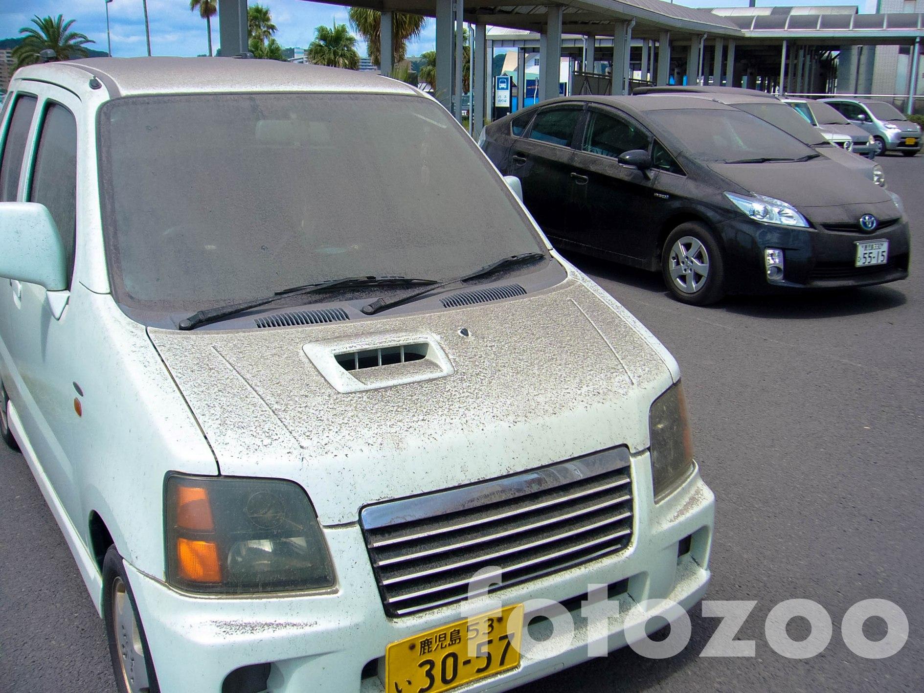 Ez a hamuréteg, napi szinten rakódik rá a járművekre és az egész városra. Kagoshimából nem érdemes autót importálni, viszont egy tüdőgondozó jó befektetés reményével kecsegtet.