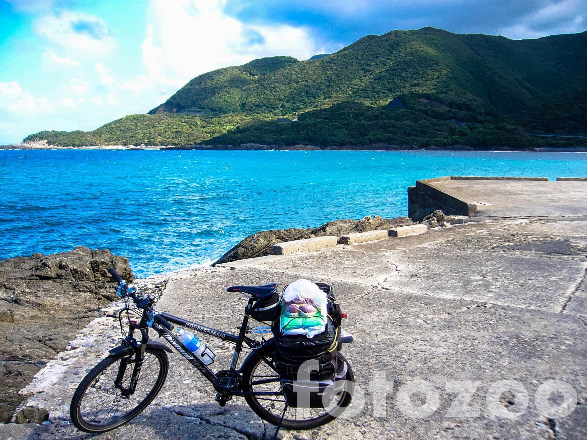 Gyönyörű partszakaszok, türkiz színű tenger, zöldellő hegyek, ez Yakushima.