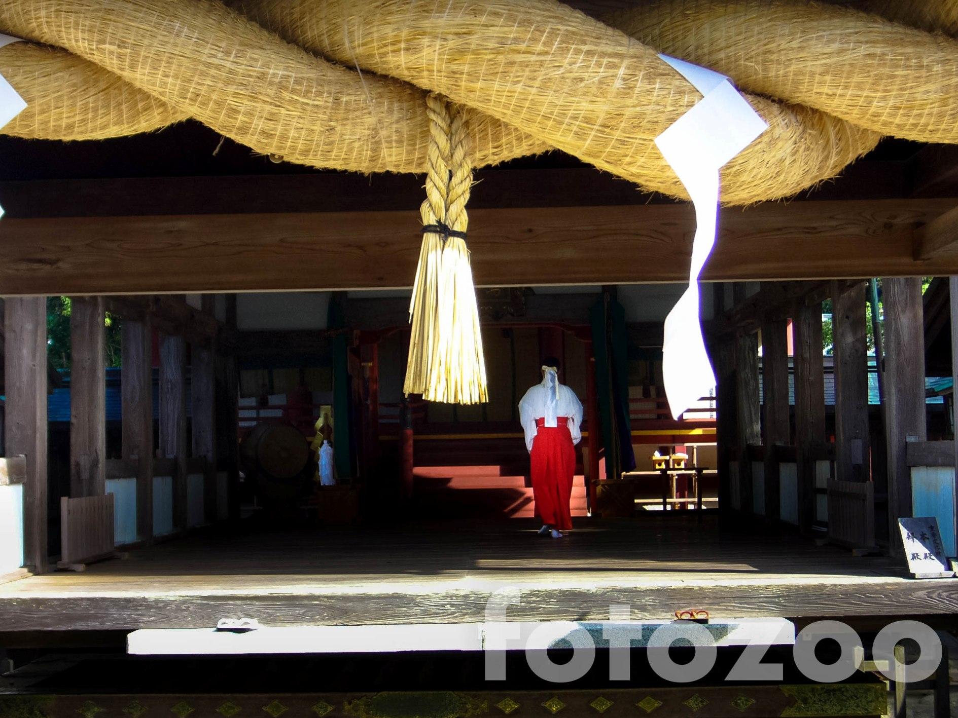 Méretes szalmakötél Fukutsu egyik sintó szentélyében.