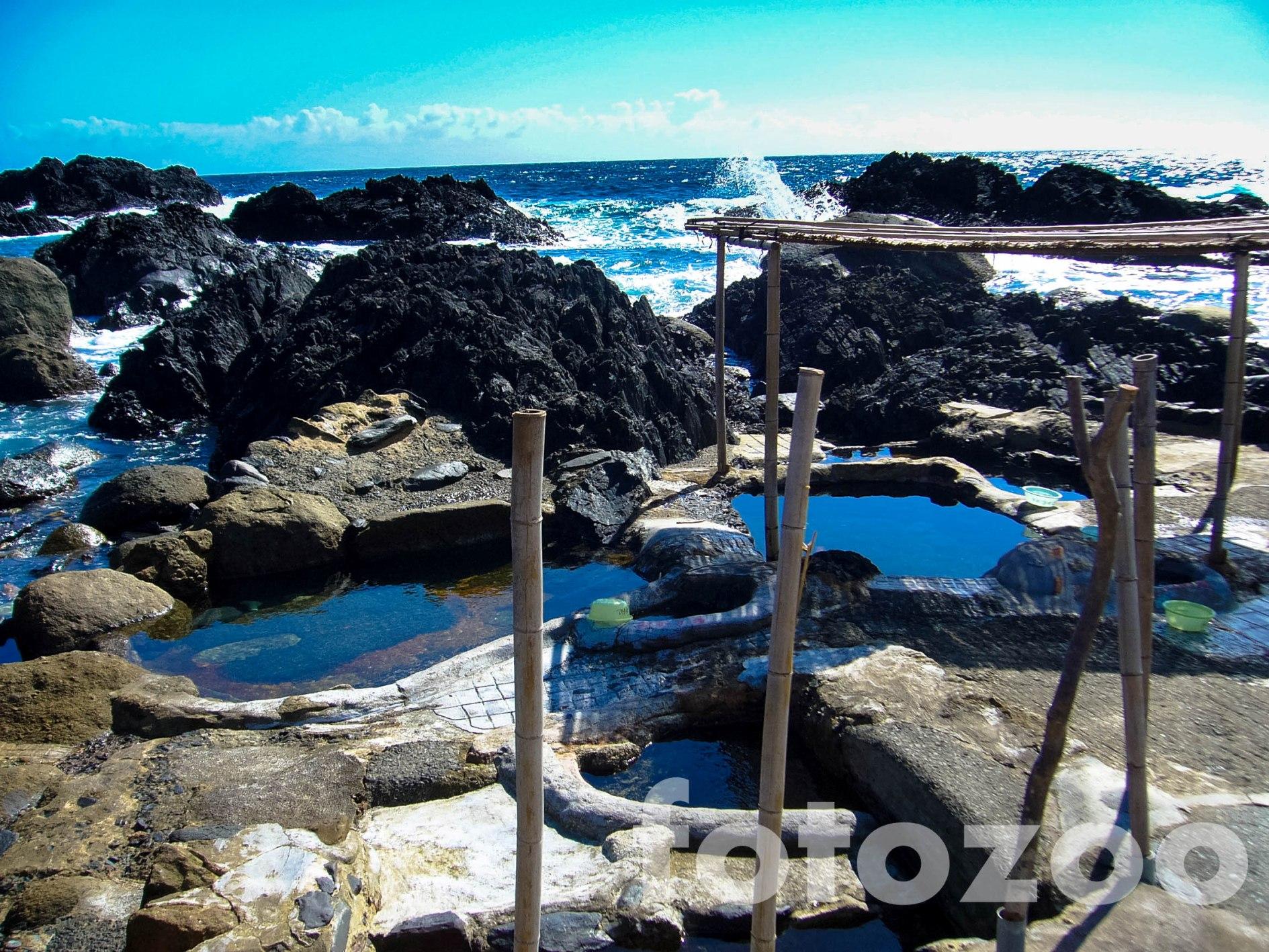 Hirauchi természetes gyógyfürdője csak apálykor válik láthatóvá. Fantasztikus élmény a forró vízből élvezni a visszahúzódó óceánt.