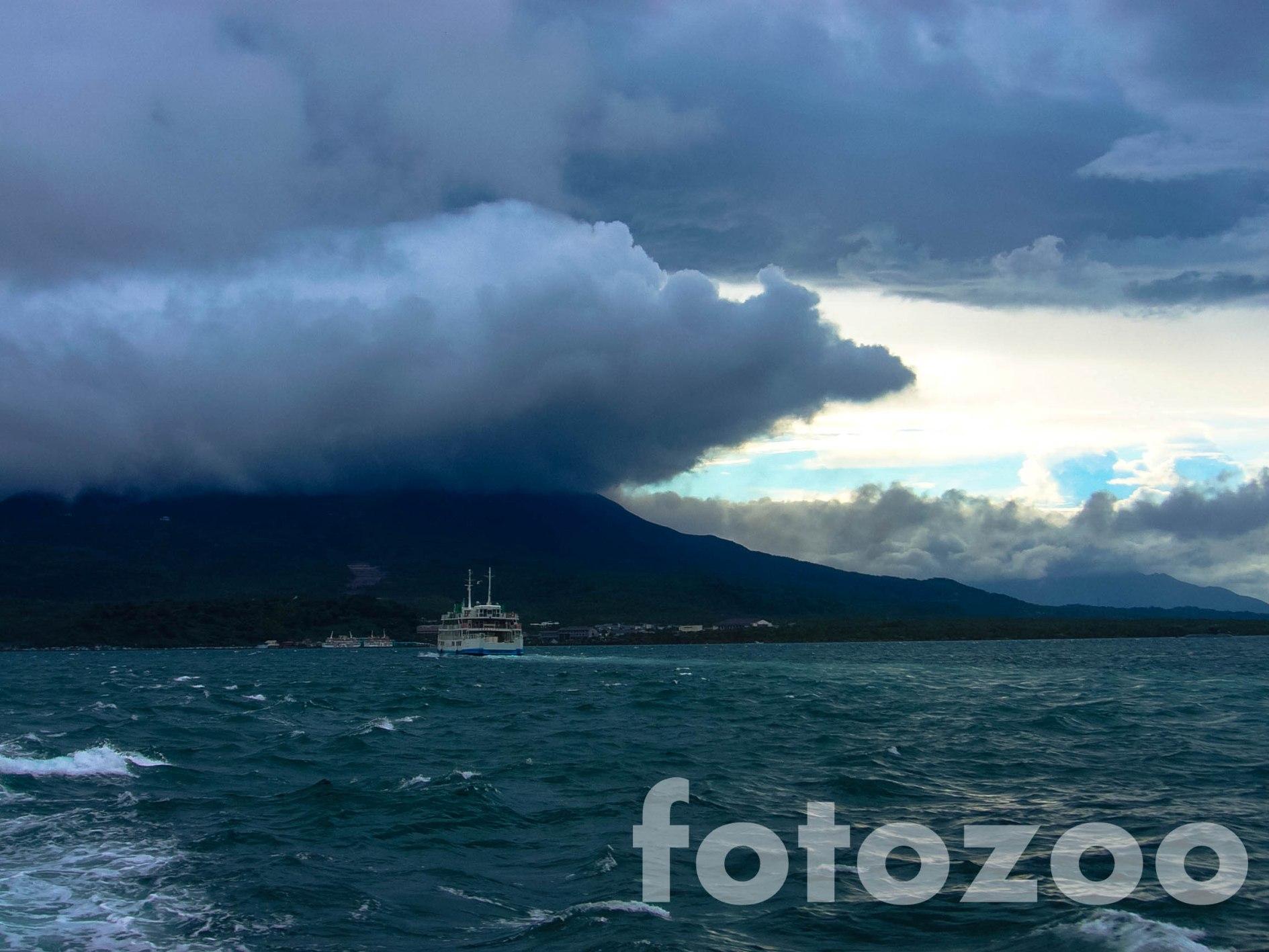 A tájfun elől visszamenekülve, viharfelhők helyett Sakurajima hamufelhői tornyosulnak az égen.