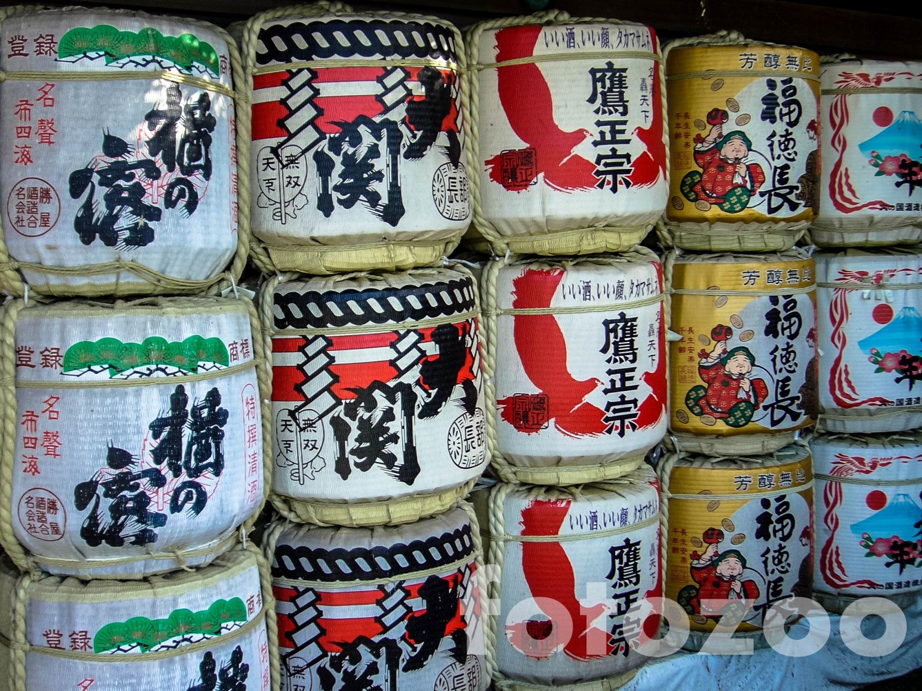 Minden sintó szentély elmaradhatatlan hozzátartozói a szakés hordók.