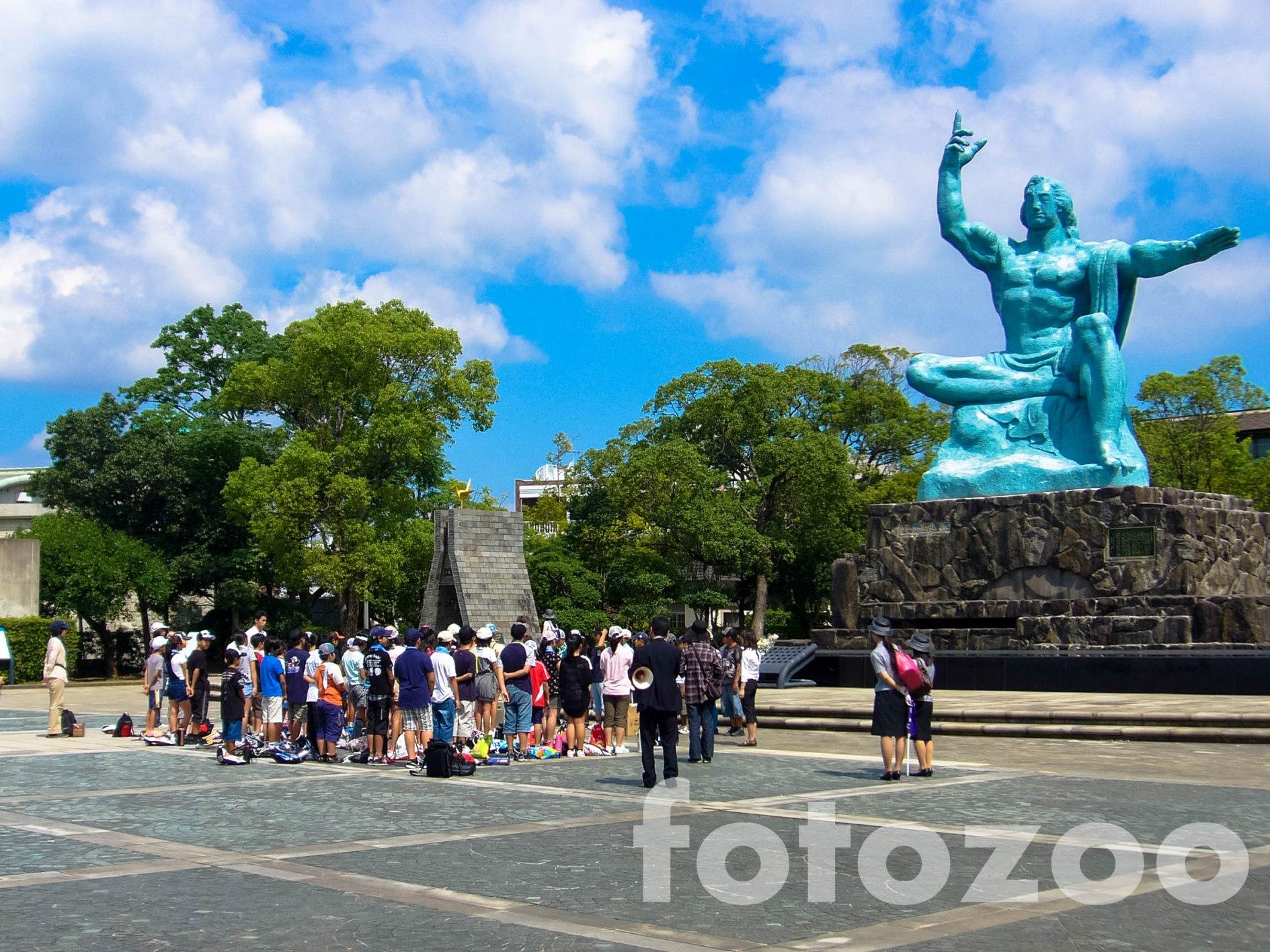 Nagasaki Békepark a Béke Szoborral, melynek égre mutató ujja az atombomba irányába mutat, bal karja pedig az örök békét szimbolizálja.