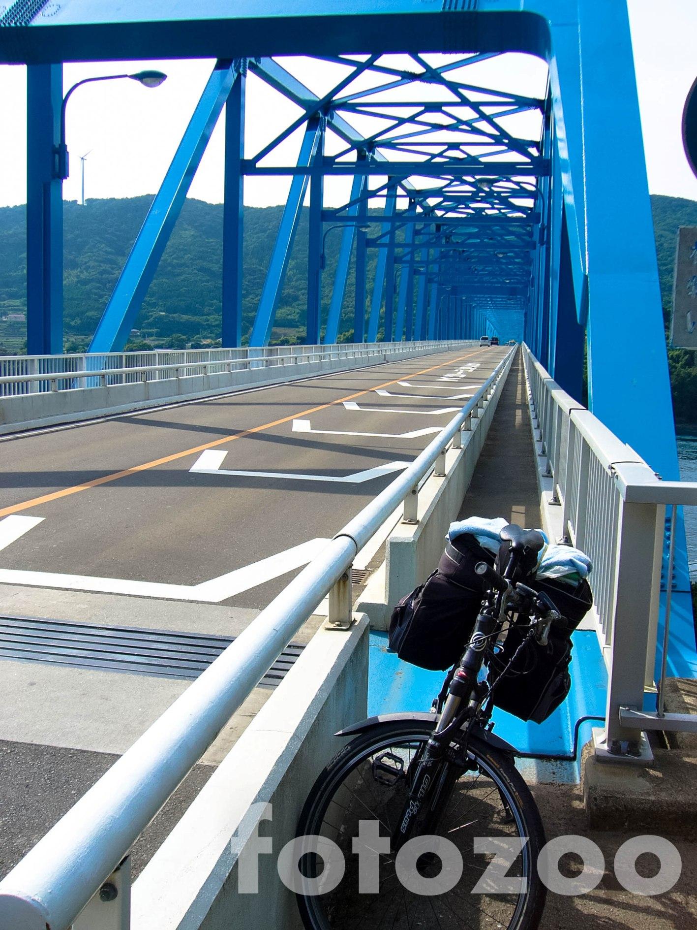 Ezen a hídon kell 'áthúzni' magam Kyushura. A biciklisáv tervezőjét napi két átkelésre ítélném!