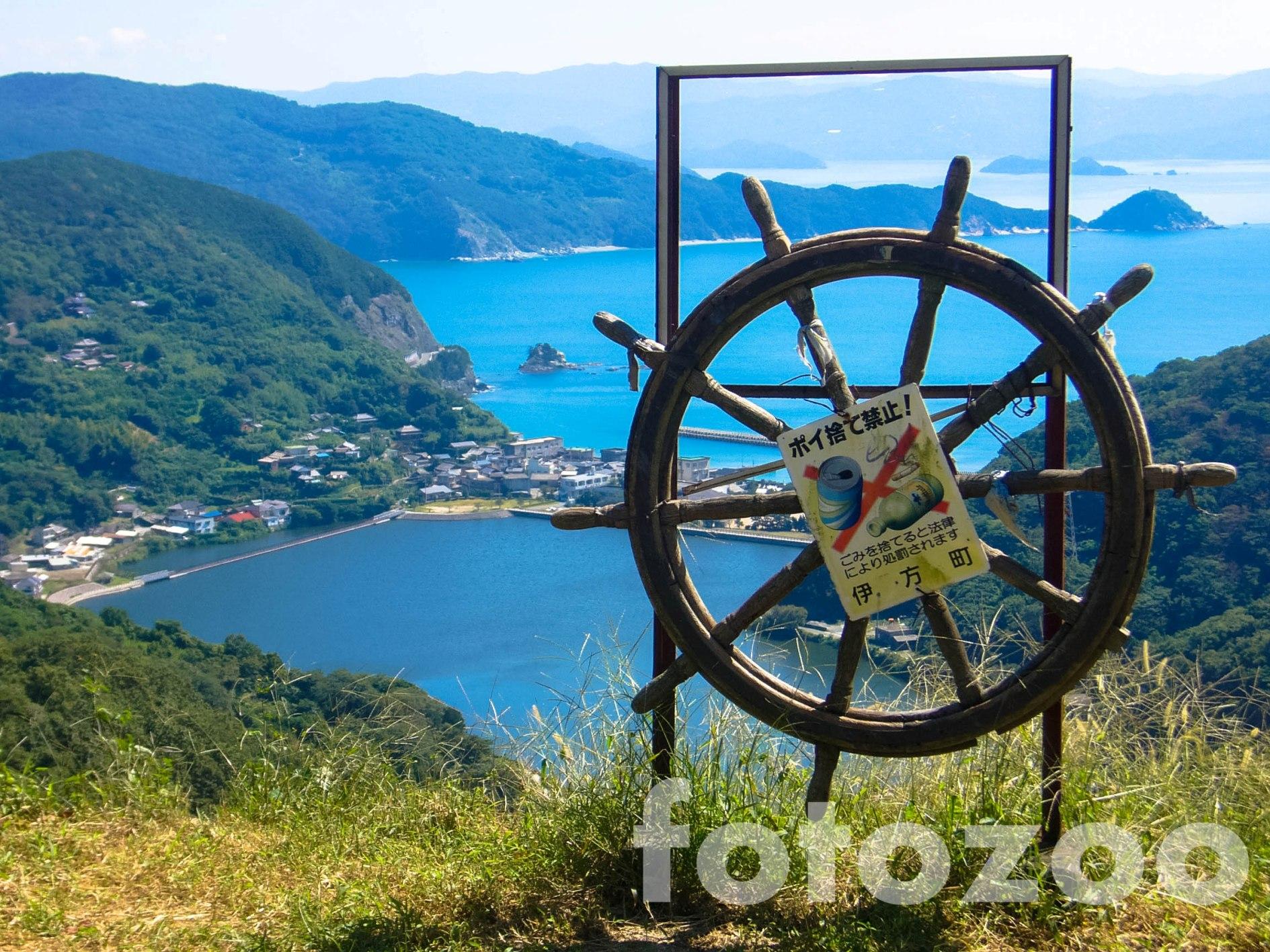 Sadamisaki-félsziget, amely óriási vasúti töltésként emelkedik ki a tengerből.