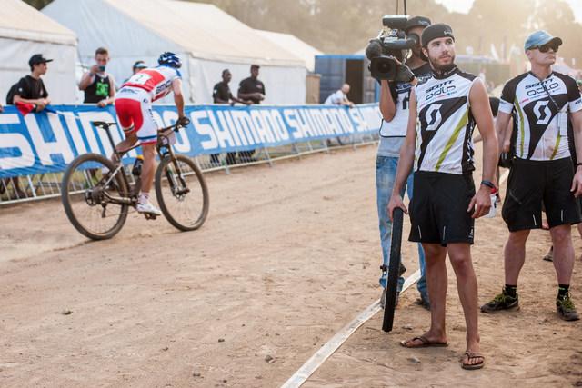 Julien Absalon és a Nino Schurterre váró Scott szerelő Dél-Afrikában