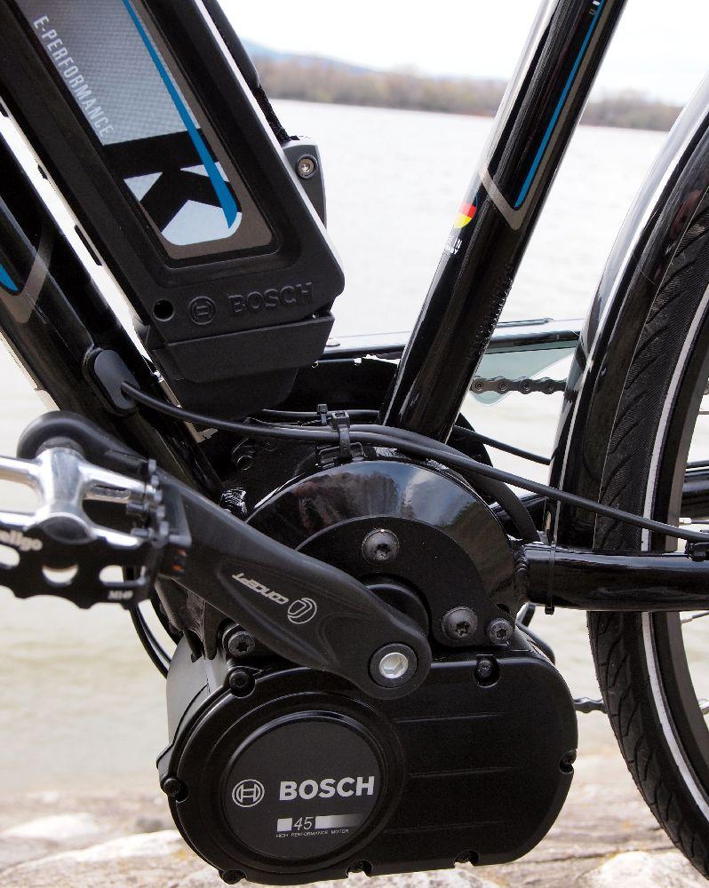 A képen jól látható, hogy a Bosch Pedelec egység egyedi tervezésű vázat igényel. Mellesleg jól jött a motor tőkesúlya a kanyarokban: kifejezetten stabil volt az irányítás...