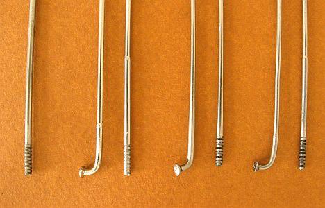 Balról jobbra: 2,0 milliméteres rozsdamentes acélküllő; 2,0-1,8-as régi nikkelezett acélküllő, 2,0-1,5-ös modern húzott küllő hosszú átmérőváltással, 1,8-1,4-es antik rozsdamentes küllő...