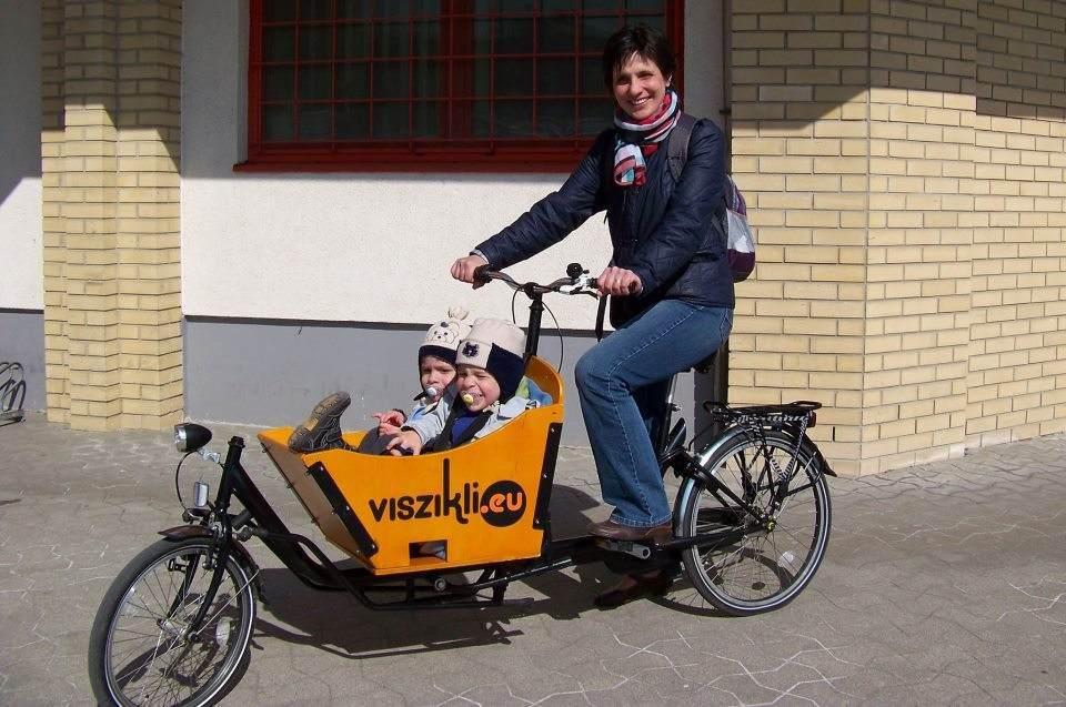 Viszikli, a  fuvarozó bringa. Hogy jut át a vasútkeresztezés korlátlabirintusán?
