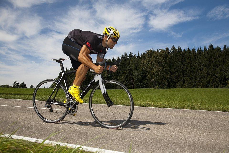 Takács Tamás - a képen éppen SPD pedállal országúti kerékpáron Eurobike-menetpróbán