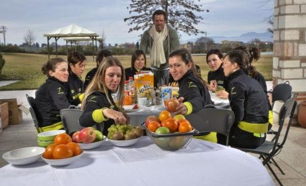 Mario Cipollini női csapatával éppen natúr reggelit fogyaszt az edzőtáborban