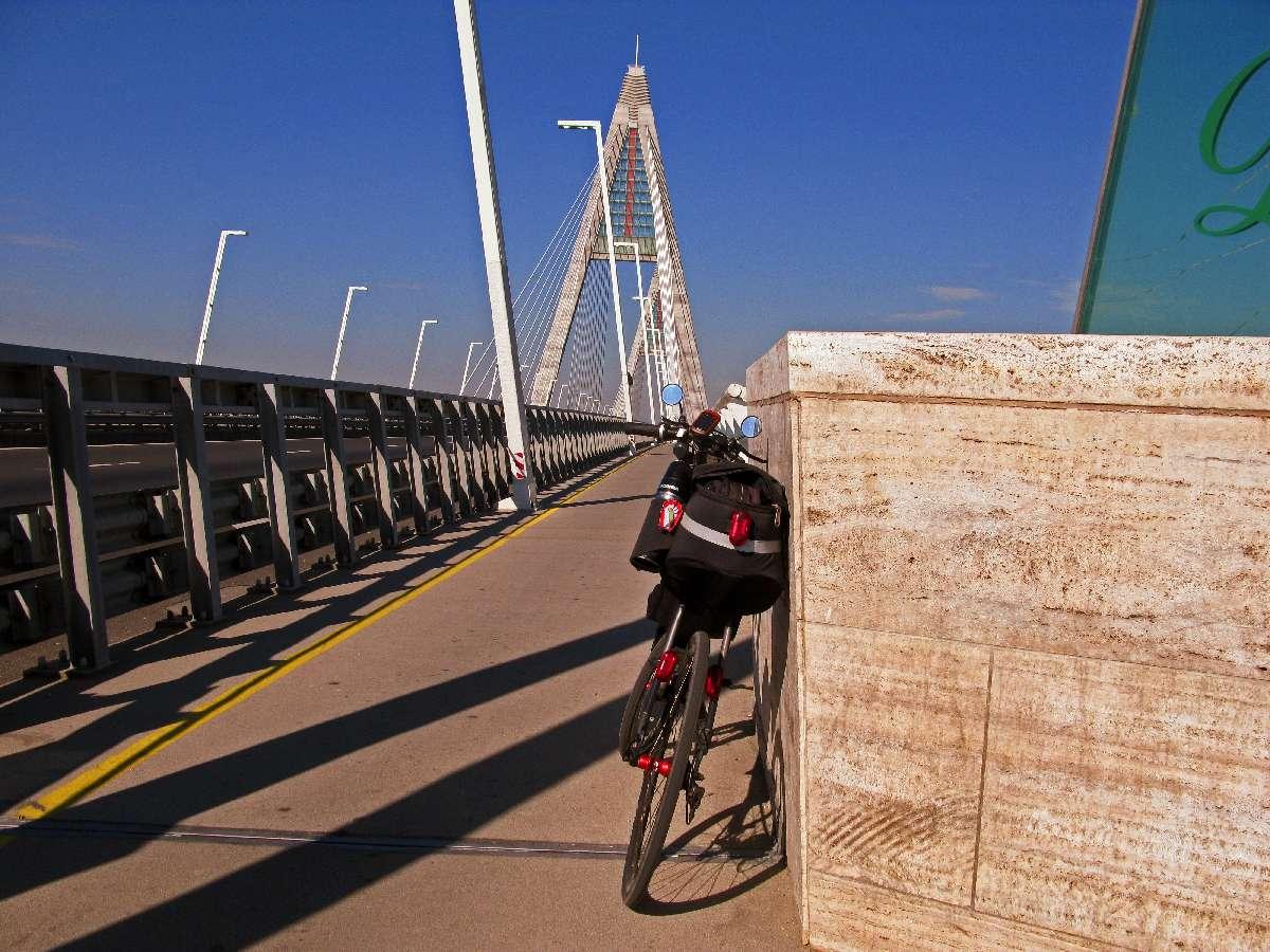 Megyeri-híd (alias Chuck Norris híd)