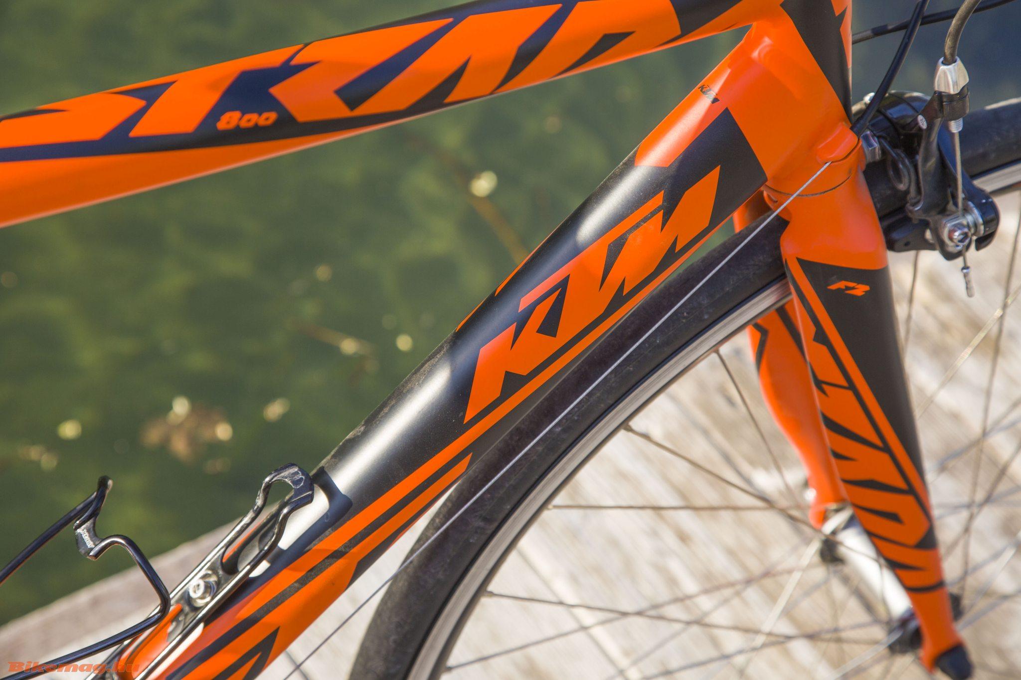 KTM Strada 800 Speed - a fekete-narancs színkombináció kötelező elem