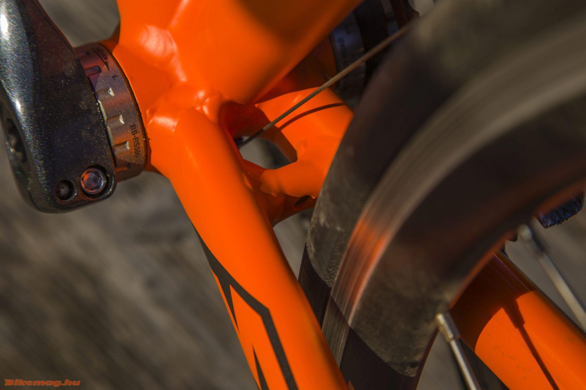 KTM Strada 800 Speed - a vázban sem túl nagy a férőhely