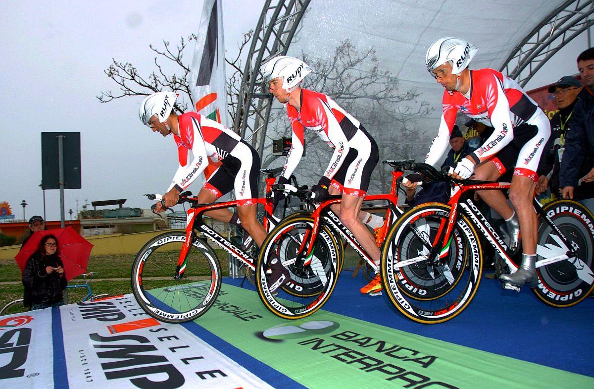 Kusztiék a Coppi e Bartali csapatidőfutamán (Fotó: Stefano Sirotti)