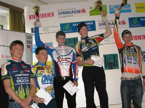 A képen balról jobbra: Lukács Bálint az 5. helyen, míg a kettővel jobbra álló Juhász Zsolt a 2. helyen végzett