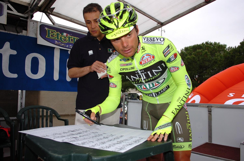 """Di Luca, azaz a """"Gyilkos"""" a tavalyi Giro di Lombardia óta nem versenyzett, miután csapata, az  Acqua & Sapone megszűnt szponzorációs problémák miatt. A héten azonban aláírás került a szerződésre a  Vini Fantini-Sella Italia csapatával."""