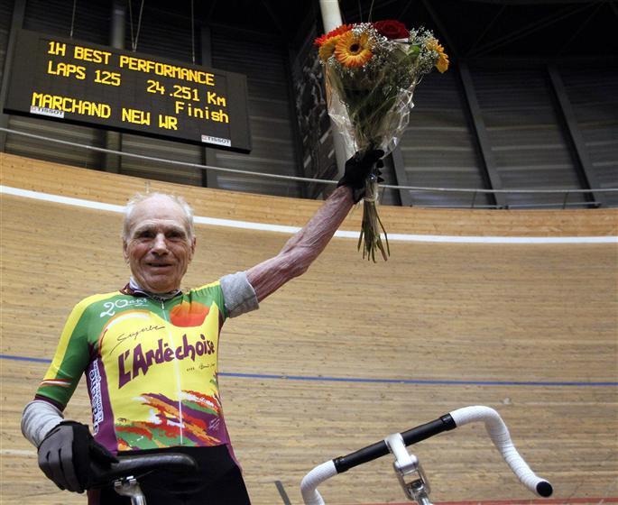 A 100 éves Marchand az egy óra után frissen szállt le a kerékpárról...