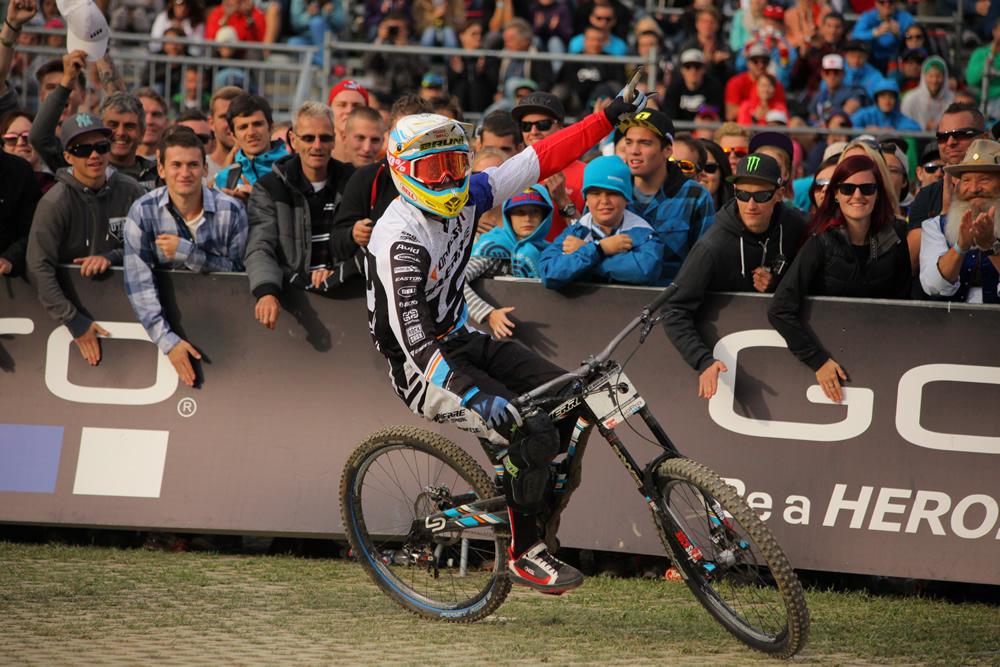 Loic Bruni célbaérkezését követően.