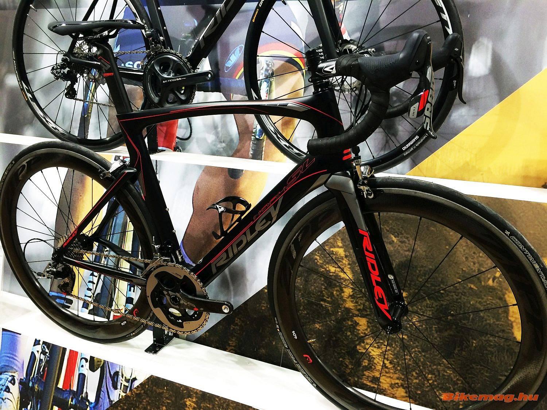 Sárga-fekete után vörö és fekete: az új Ridley Noah, az aerodinamikus kerékpár SL változatán a korábbi évekhez képest hagyományos fékeket láthatunk és könnyebb lett a váz.