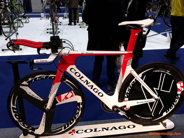 Kontrasztképpen egy 21. századi Colnago-design egy 21. századi csúcs időfutam-bringán.