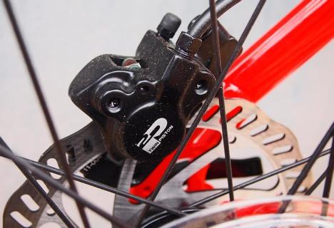 A Tektro OEM hidraulikus tárcsafékek meglepően jó fékhatást produkálnak, ráadásul a modulációra sem lehet panasz...
