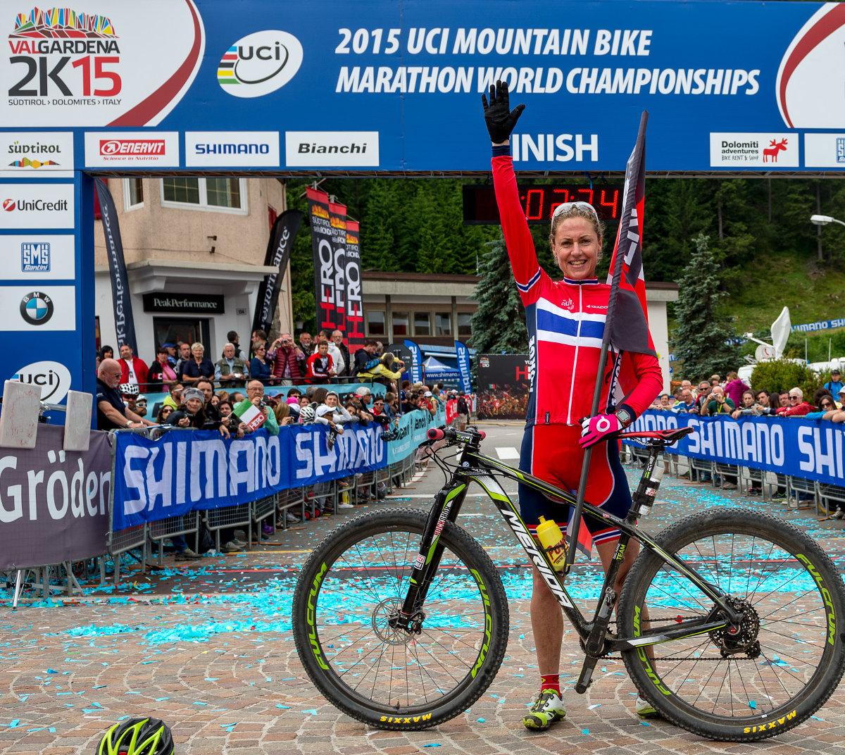 Az olaszországi Val Gardenában Gunn-Rita Dahle-Flesjaa 10. mountain bike világbajnoki címét is megszerezte, amely a 6. szivárvány színű mez a maraton szakágban, ezzel a Multivan Merida Biking Team versenyzőnője tovább bővítette eddig is lenyűgöző dicsőséglistáját!