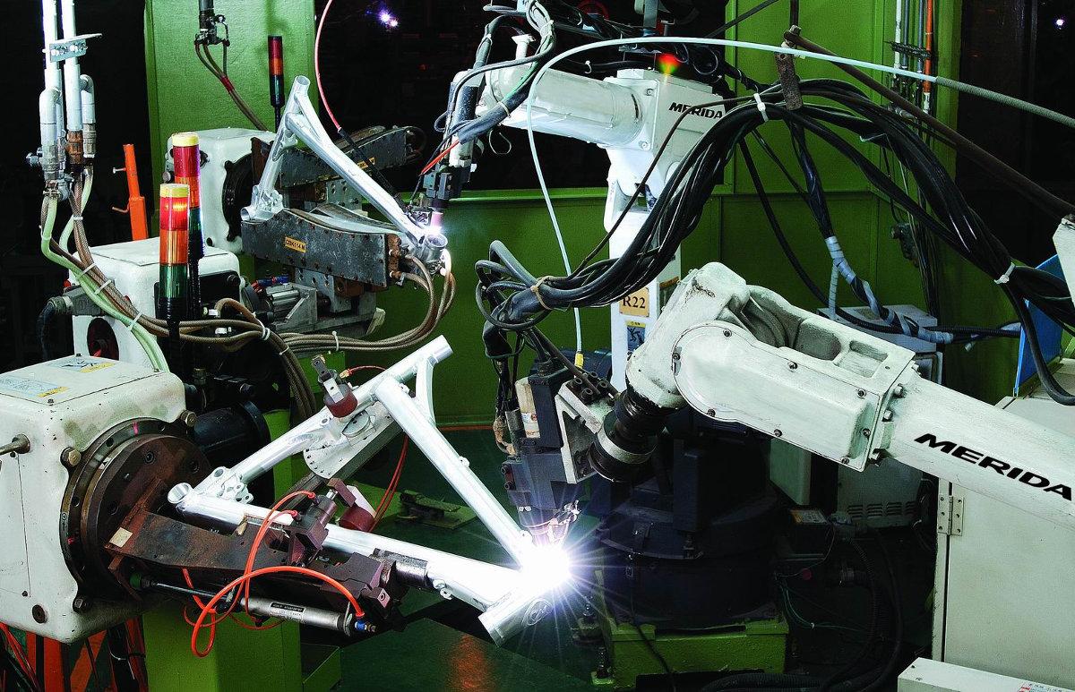 A Merida a robothegesztés úttörője a kerékpáriparban, így biztosítva pontosabb, megbízhatóbb vázakat...