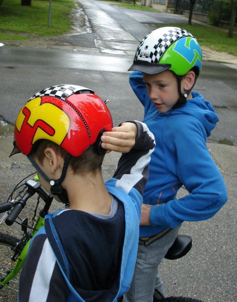 A sisak felvétele és biztos tökéletes rögzítése a 7 éves unokaöcsémnek is elsőre ment! A Patent Straping rendszer csatja nem csípheti be a bőrt, a pánt pedig egyáltalán nem dörzsöl!
