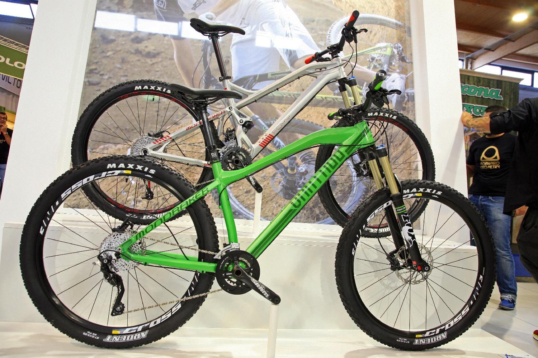 A Vantage egy új All Mountain merevfarú kerékpár. Szalajtós villaszöggel, 140mm-es első telszkóppal és 27.5-ös kerekekkel megőrizve a Mondraker hagyományokat a görbített felsőcsőben
