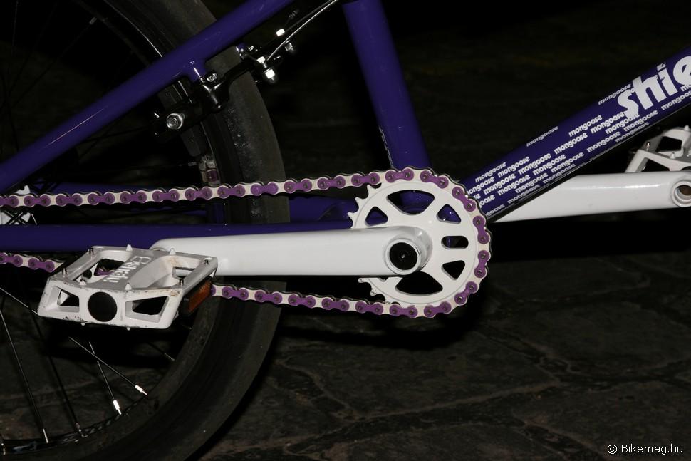 Igen, a lánc is lila-fehér!