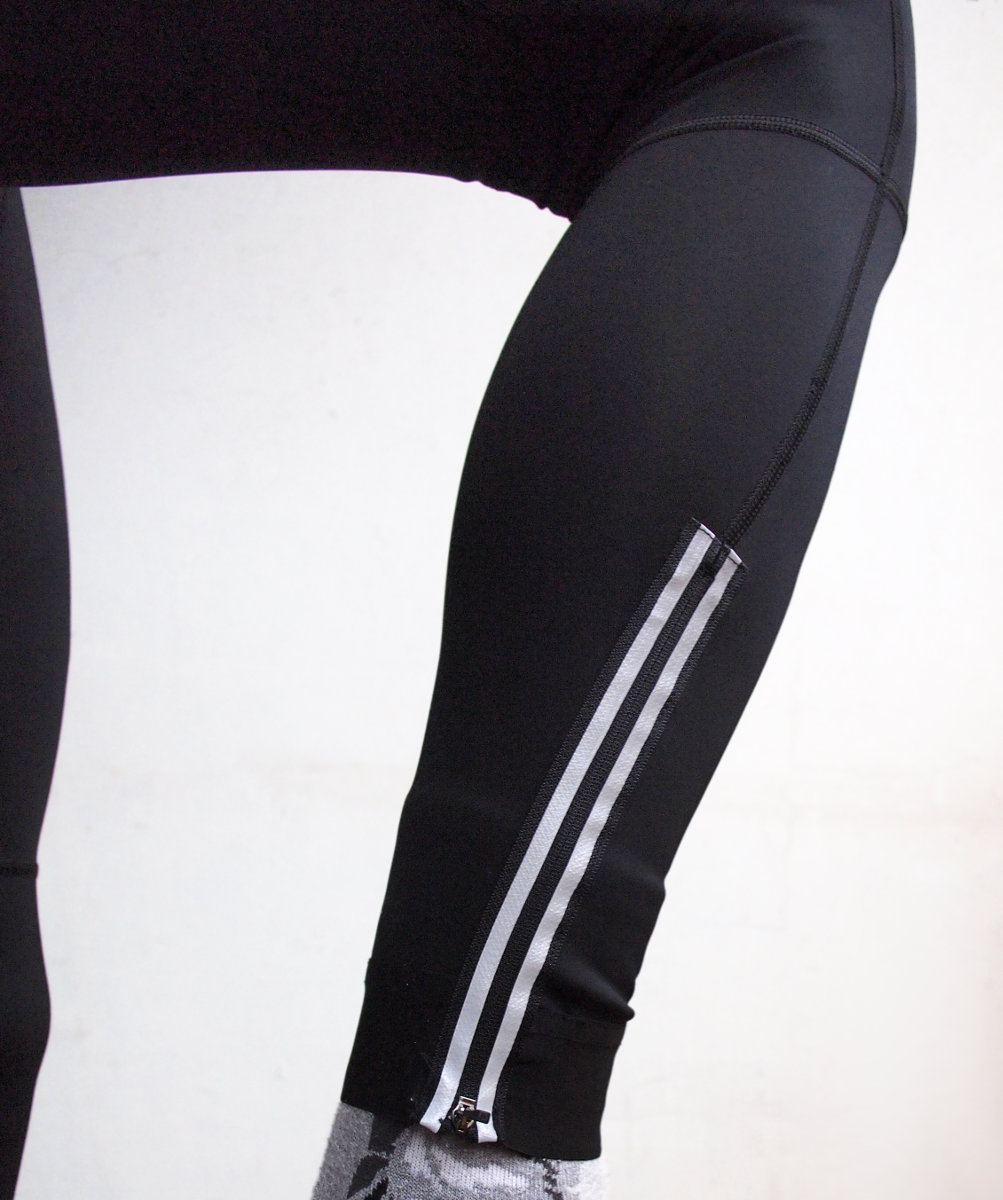 Széles, elasztikus bokazáródás, könnyen járó cipzár az egyszerű öltözködés érdekében...