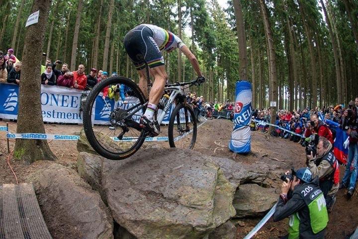 Julien Absalon végül fullyval vágott neki a versenynek. A dobogó három fokára vasárnap csak össztelós bringával lehetett felállni.