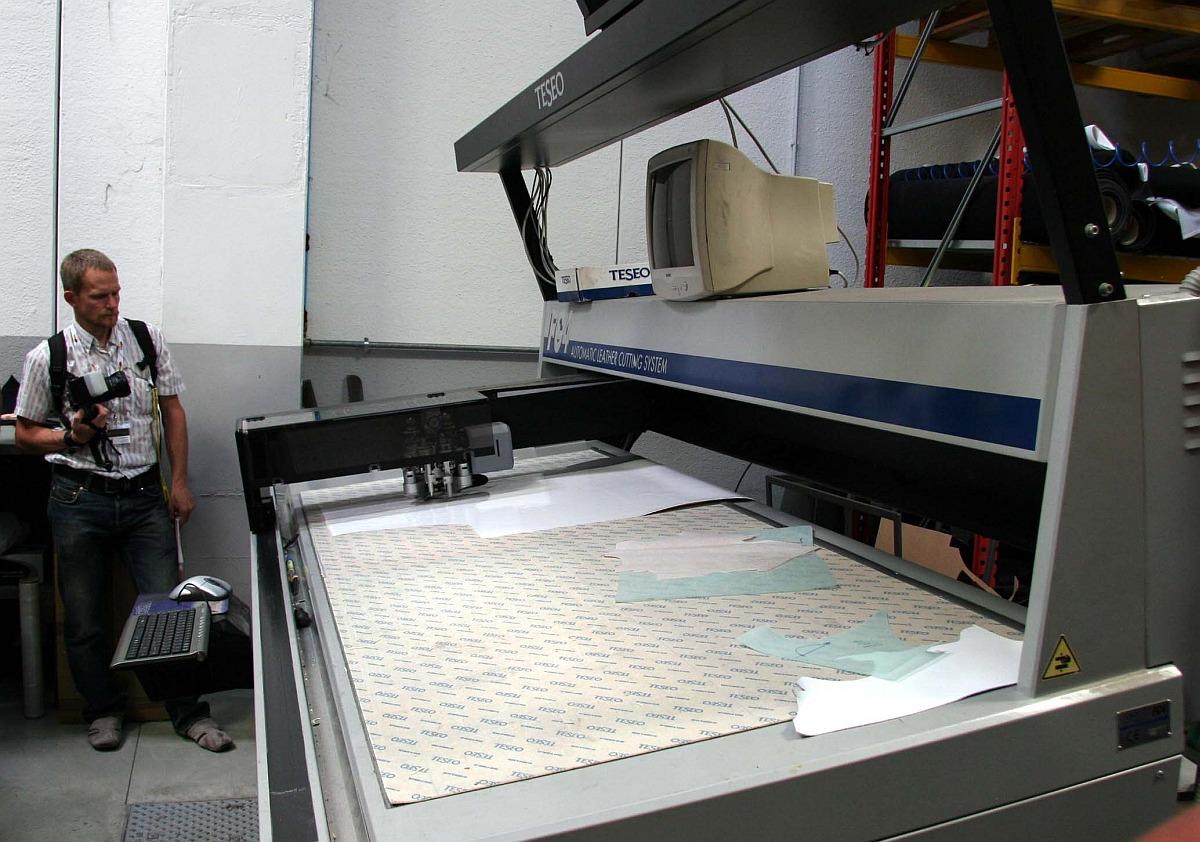 Vákuumos bőrvágógép munka közben