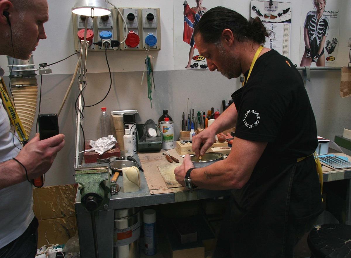 Franco készíti a műgyantából öntött talpakat, a falakon mindenütt Gunn-Rita…