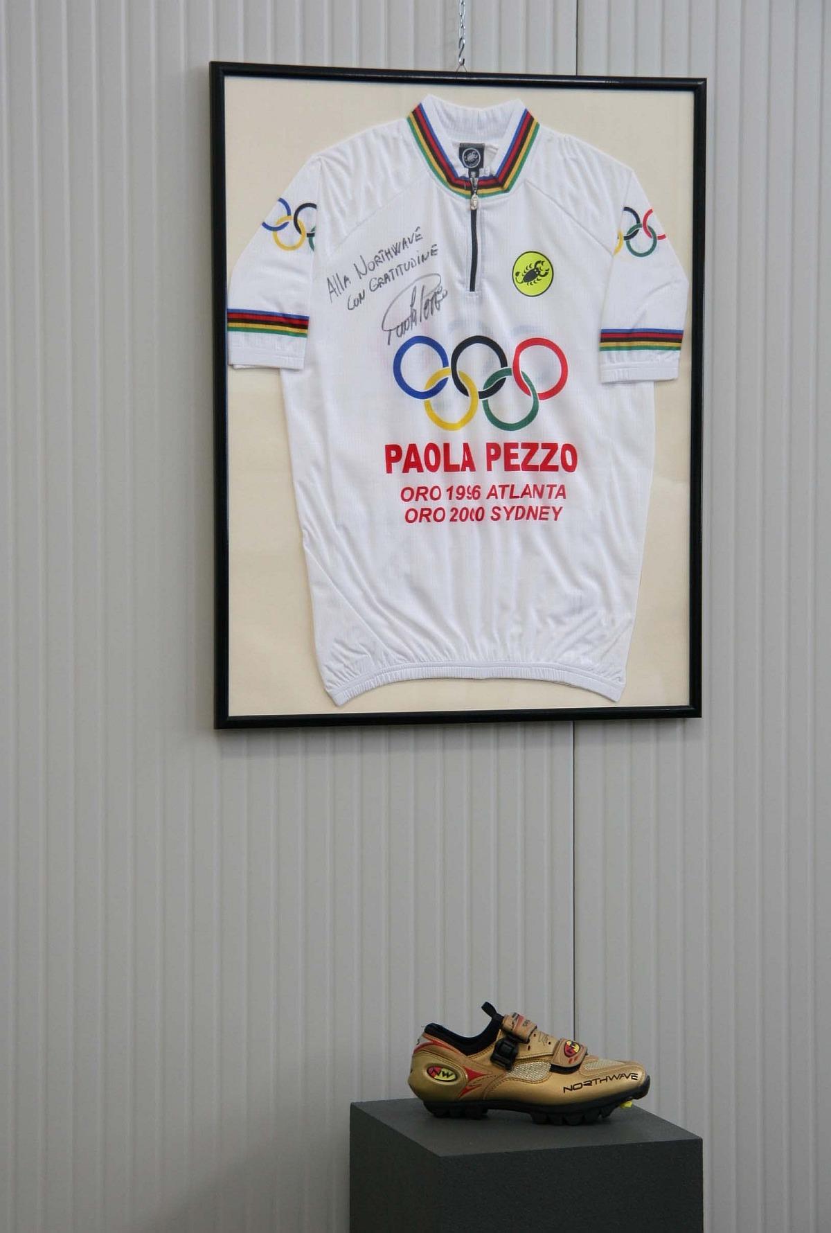 Paola Pezzo olimpiai bajnok aranyszínű cipellője Sidney-ből...