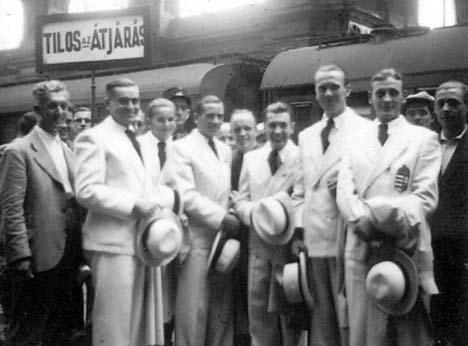 A berlini olimpiára utazó magyar kerékpárosok a Keleti pályaudvaron (Orzcán László jobbról az ötödik)