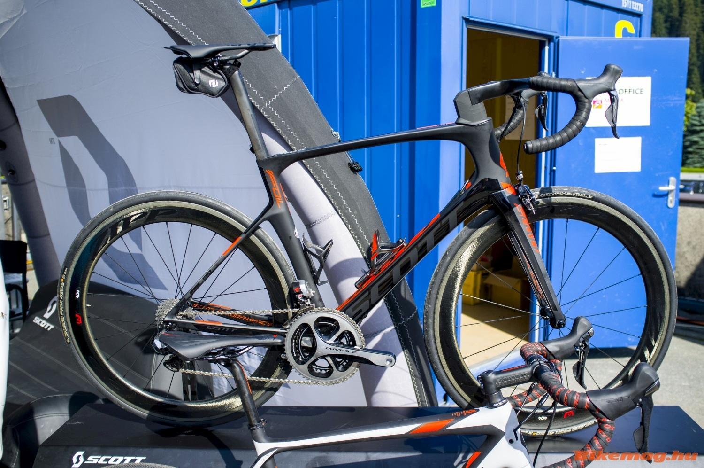 Az új Scott Foil érdekes jószág: aerodinamikus, de geometriája alapján már közelít a komfort bringákhoz a magas homlokcsővel