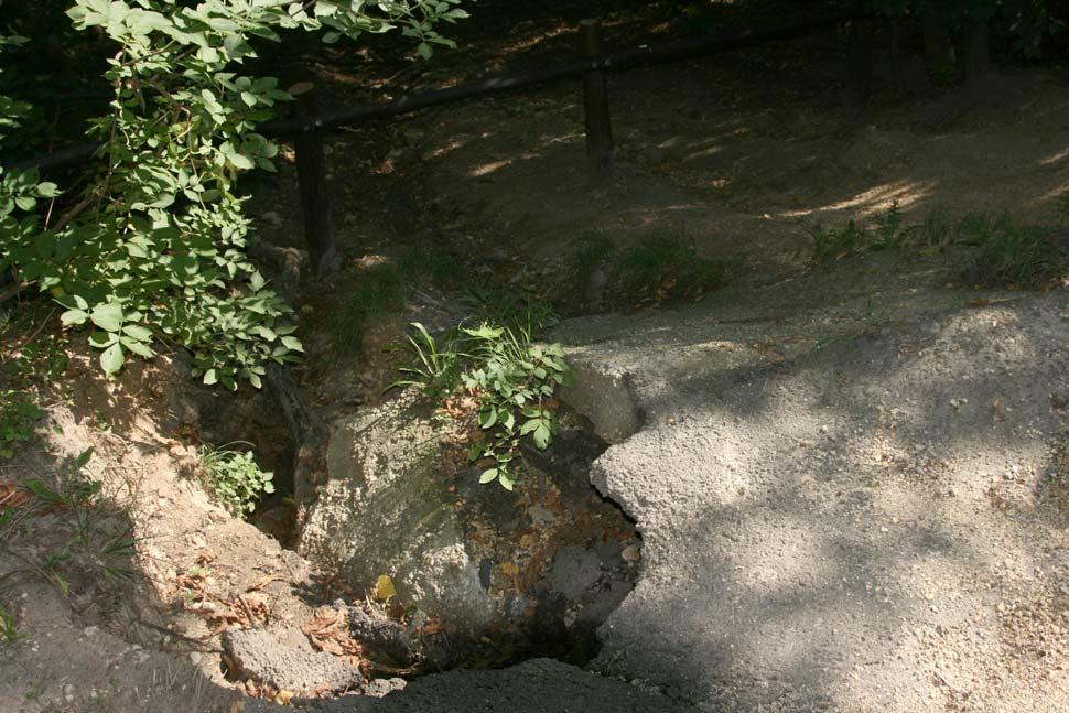 Erózió nyomai az aszfalt alatt