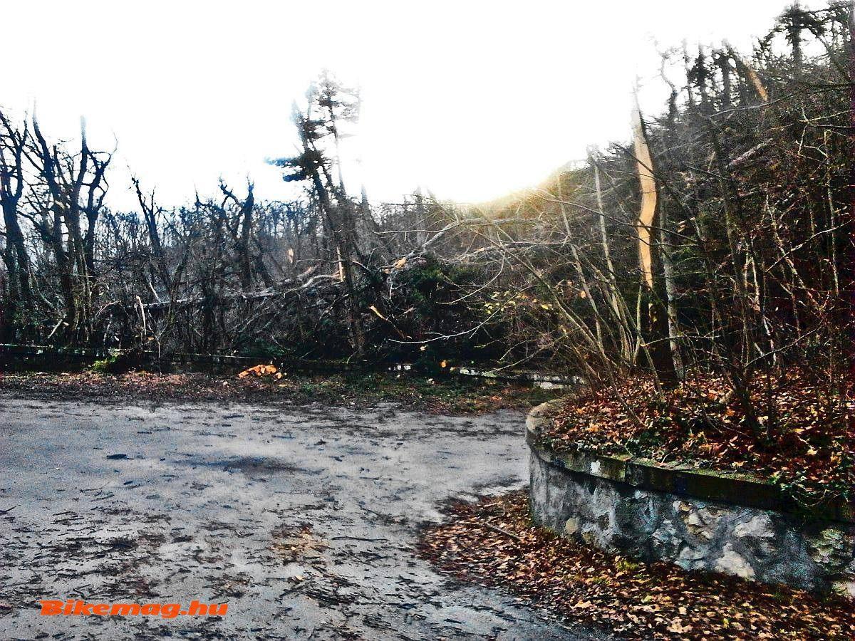 Jánoshegyi-út, pár nappal a katasztrófa után