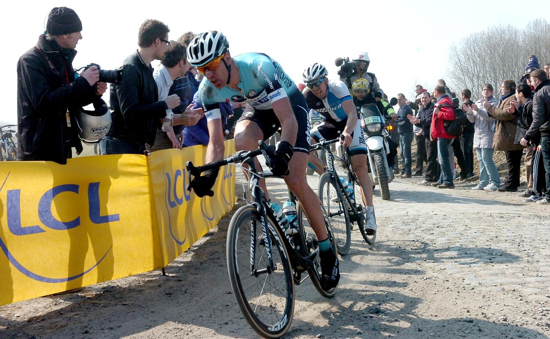 A legjobban a Quick Step csapata jött ki a gyors egymásutánban következő nehéz pavék támasztotta nehézségekből, Vandenbergh révén elöl tekert egy emberük Vanmarckével (Blanco), Cancellara csoportjában pedig ott csücsült Terpstra és Stybar.