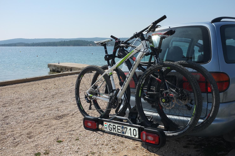 Tolatáskor kicsi a túlnyúlása két bringával.