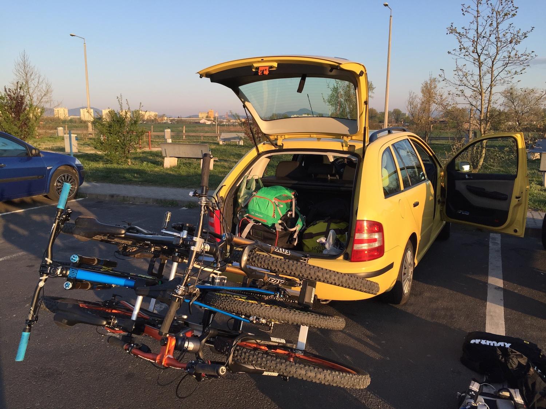 Három bringával lenyitva simán hozzáférsz az autó csomagteréhez.