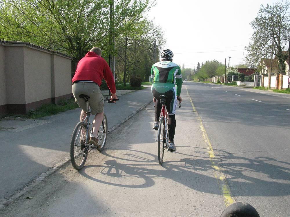 Balra tarts – felfestett kerékpársáv az Ady Endre úton
