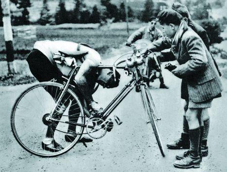 """Az 1949-es Tour de France során a kor egyik legnagyobb versenyzőjének, Fiorenzo Magninak, meggyűlt a baja a támvilláról """"távirányítható"""" Campagnolo Cambio Corsa és egy akkoriban forradalmian újnak számító Simplex első átdobó együttes használatával. Mellesleg mindkét típus évtizedes karriert élt meg… legfeljebb nem voltak egymással kompatibilisek!"""