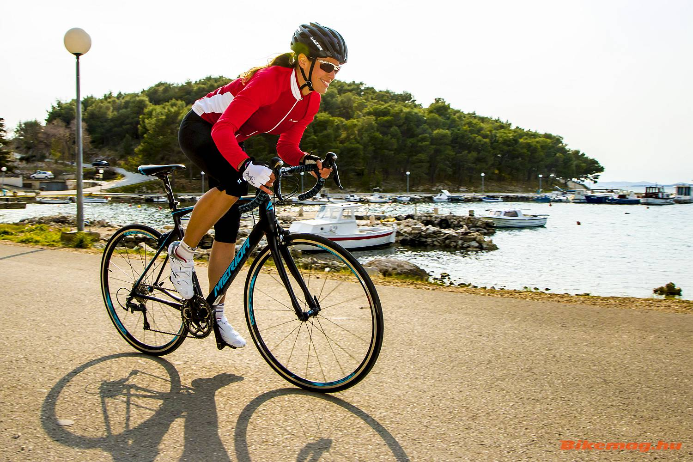 Az országúti komfort-kerékpárokra nem csak a kényelmes váz, a rövidebb építés és a magasabb kormánypozíció is jellemző